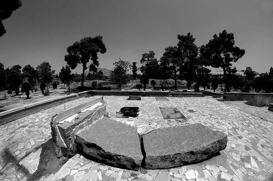 """Foto der """"Gedenktafel für einen Nationalhelden"""", 2016 ... haben 1979 kurz nach der Revolution Mossadeghs Anhänger eine Gedenktafel für ihn neben den 25 Gräbern aufgestellt."""