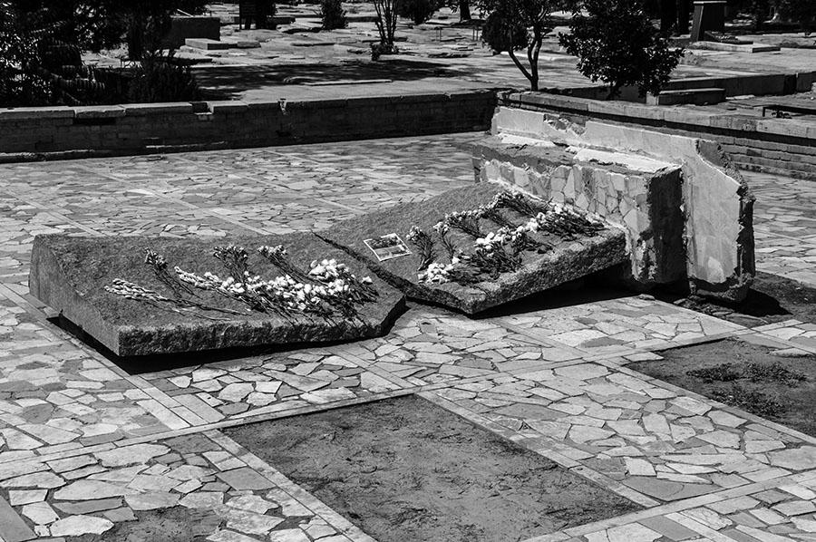 """Foto der """"GedenFoto der """"Gedenktafel für einen Nationalhelden"""", 2016Doch die Gedenktafel für Mossadegh blieb nicht lang. Religiöse Fanatiker, die grade die Macht übernommen hatten, haben sie mit Hilfe eines Krans umgeworfen und zerstört. Barbad Golshiri fotografierte diese in Vergessenheit geratene Gedenktafel im Jahr 2013. Kontakt und mehr Kunstwerke von Barbad Golshiri: www.barbadgolshiri.comktafel für einen Nationalhelden"""", 2013Doch die Gedenktafel für Mossadegh blieb nicht lang. Religiöse Fanatiker, die grade die Macht übernommen hatten, haben sie mit Hilfe eines Krans umgeworfen und zerstört. Barbad Golshiri fotografierte diese in Vergessenheit geratene Gedenktafel im Jahr 2013. Kontakt und mehr Kunstwerke von Barbad Golshiri: www.barbadgolshiri.com"""