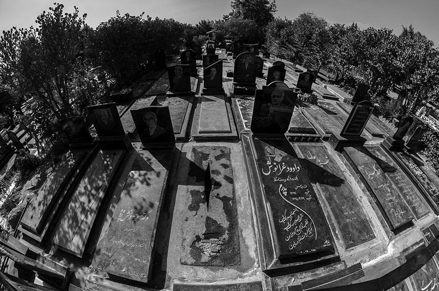"""""""Grabstein für Mohammad Ali Sepanlou"""", Asphalt, 180 x 60 x 15 cm, 2015-2016Das Kunstwerk Sepanlous Grab auf dem Teheraner Beheshte-Zahra-Friedhof hatte auch keine lange Lebensdauer. Feinde des regimekritischen Dichters übergossen es nach ein paar Tagen vollständig mit Zement."""