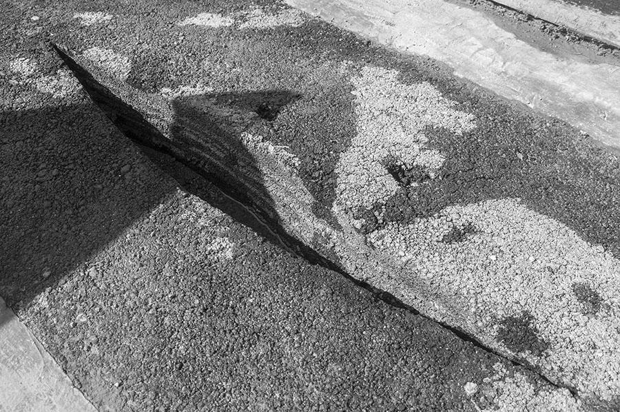 """""""Grabstein für Mohammad Ali Sepanlou"""", Asphalt, 180 x 60 x 15 cm, 2015-2016In dem Grabstein ist ein Riss. """"Die BetrachterInnen haben ihre eigenen Interpretationen davon. Er kann ein Schiff sein, wie Arthur Rimbauds Gedicht 'Das trunkene Schiff', das Sepanlou ins Persische übertragen hat, oder das Boot in Sepanlous Gedicht """"Bootsfahren in Teheran"""", oder ein Riss in Teherans Boden, oder einfach eine Kluft"""", so der Künstler."""