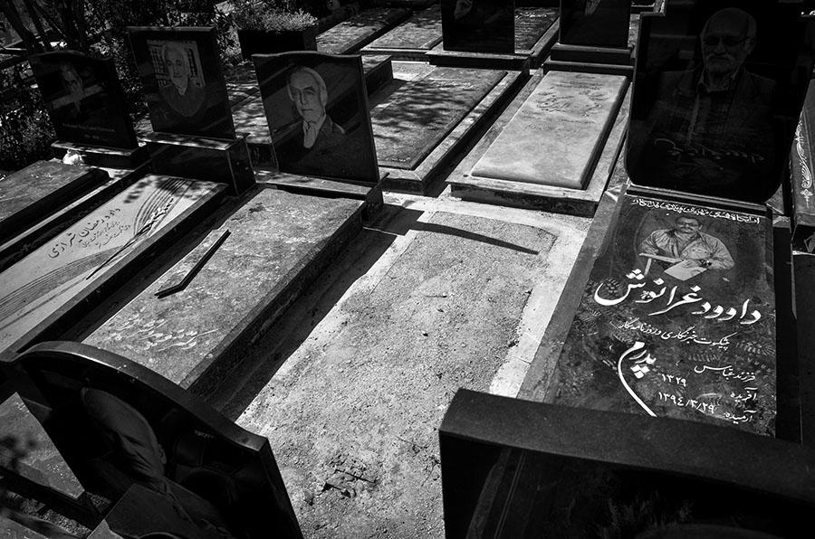 """So sieht heute das Grab des berühmten Dichters Mohammad Ali Sepanlou aus. Die Familie hat beschlossen, den mit Zement übergossenen Grabstein nicht zu ändern, als """"ein Zeichen der Zeit""""."""
