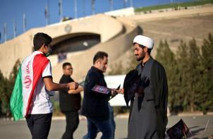 Vor dem Stadion haben Gläubige die Zuschauer mit religiösen Flyern auf das Trauerfest Ashura hingewiesen