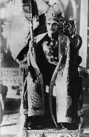 Gründer der Pahlavi-Dynastie Reza Schah bei der Krönungszeremonie