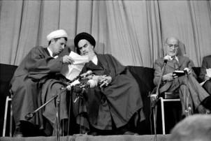 Republikgründer Ayatollah Khomeini (mi.) stand Hashemi Rafsanji viel näher als dem Chef der von ihm genannten Übergangsregierung Mehdi Bazargan (re.)