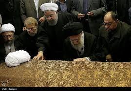 Revolutionsführer Khamenei am Sarg seines Kontrahenten Hashemi Rafsanjani