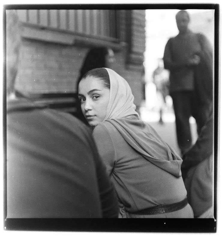 Autobiography, From portrait series, 2012, 100 x 100cm, B&W negative 6.6 120mm Mehrdad macht seinen Abschluss 2012 in Fotografie an der Tehran University of Art. Er behält seinen autobiografischen Gestus bei. Im Hof der Universität fotografiert, porträtiert er seine MitstudentInnen. Auch hier steht das Momenthafte im Vordergrund, der Augenblick der Aufnahme kündigt sich nicht an. Mirzai macht das auf eine Weise, dass er selbst zu verschwinden scheint, er ist Teil der StudentInnen, er stört nicht als Fotograf, keine Verstellung, Grimassen, Künstlichkeiten treten auf - und selbst dort, wo das passiert, ist der Fotograf wie jemand, der mit den anderen kommuniziert, eine Geschichte erzählt, auf die die anderen reagieren und das nicht in der Art einer Pose.