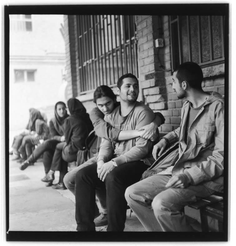 Autobiography, From portrait series, 2012, 100 x 100cm, B&W negative 6.6 120mm Wir kennen diese KunststudentInnen nicht, wir wissen nicht, an was sie arbeiten, welche Auseinandersetzungen sie führen, welches Verhältnis sie jeweils zur Kunst haben. Auch hier fällt auf den ersten Blick die Verortung nach Teheran nicht leicht. Es entfaltet sich eine Selbstverständlichkeit, die aber in eine bestimmte Zeit fällt - wir sehen das an der Datierung - auch eine Leichtigkeit. Mirzai begegnet hier seiner eigenen Generation, die er kommentarlos aufnimmt. Unendlich viele Fotografien hat er hier gemacht.