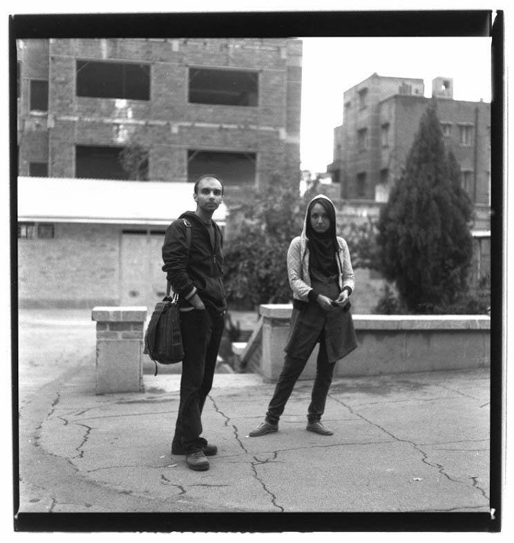Autobiography, From portrait series, 2012, 100 x 100cm, B&W negative 6.6 120mm Kunst ist ein Massenphänomen, auch in Teheran. Die Blickachsen innerhalb der Fotos laufen kreuz und quer, gehen in die Kamera, auch davon weg, sie sind in keiner Weise vordefiniert. Die Fotos verdichten das zu einem 'Porträt', weniger zu einem modernen Porträt, sondern zu einem post-modernen, also einem, das nicht zeigt, wie jemand nach einem ertragreichen Leben zurückblickt, sondern zeigt, wovon alles ausgeht - eine Potenzialität.