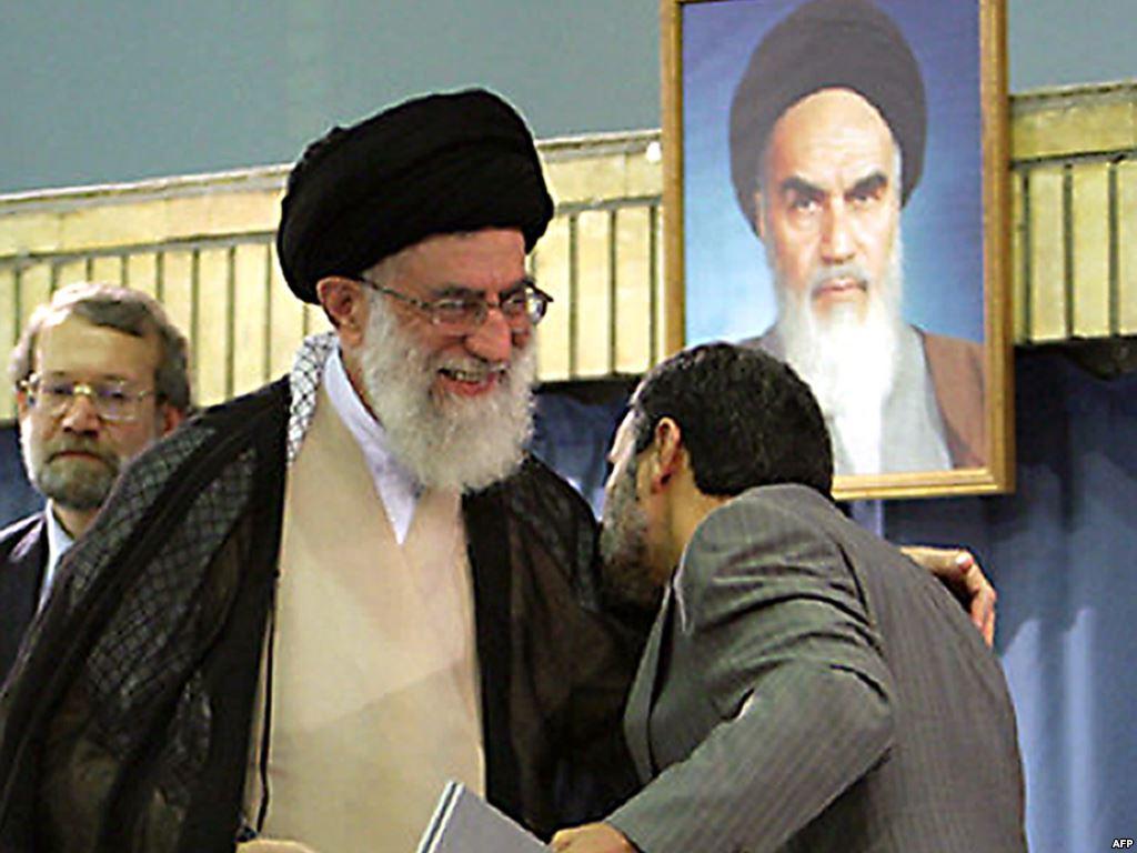 Ali Khamenei (li) hat bei den Präsidentschaftswahlen 2009 Mahmud Ahmadinedschad unterstützt (Foto aus dem Archiv)