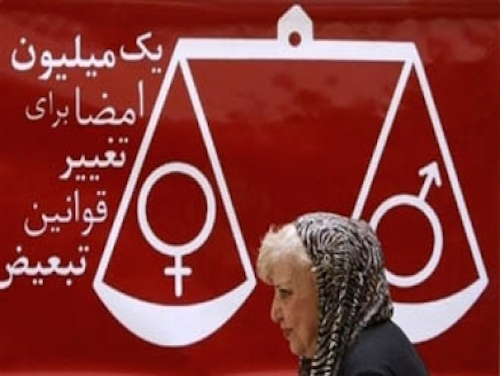 """Die verstorbene Dichterin Simin Behbahani vor dem Logo der Kampagne """"Eine Million Unterschriften"""""""