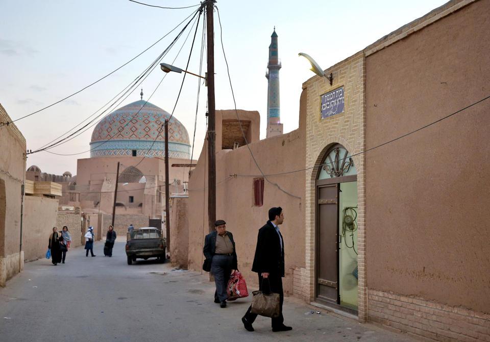 """Eine Moschee (im Hintergrund) und die Synagoge """"Mola Agha Baba"""" in der iranischen Stadt Jazd"""