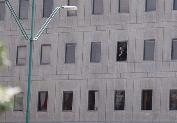Einer der Angreifer zeigt sich an einem Fenster des Parlamentsgebäudes - Foto: tasnimnews.com