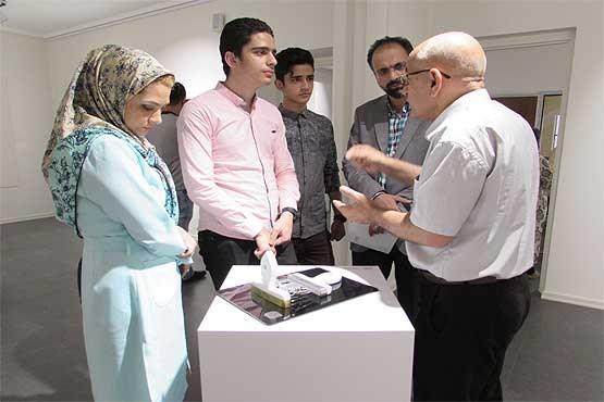 Hamidreza Eyni im Gespräch mit den Ausstellungsbesuchern