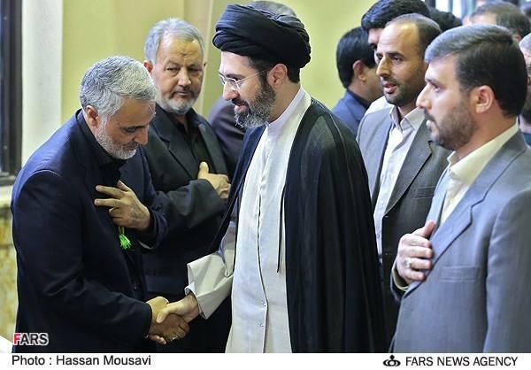 Hand auf der Brust als Zeichen der Unterwerfung: General Ghasem Soleymani, einer der berühmteste Kommandeure der Revolutionsgarde (li.) wird vom Modschtaba Khamenei (mitte) , Sohn des Staatsoberhauptes empfangen