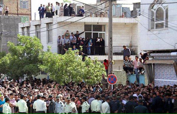 Hinrichtungen in der Öffentlichkeit ziehen viele Menschen an - Foto: Schaulustige bei einer öffentlichen Hinrichtung in der ostiranischen Stadt Maschhad