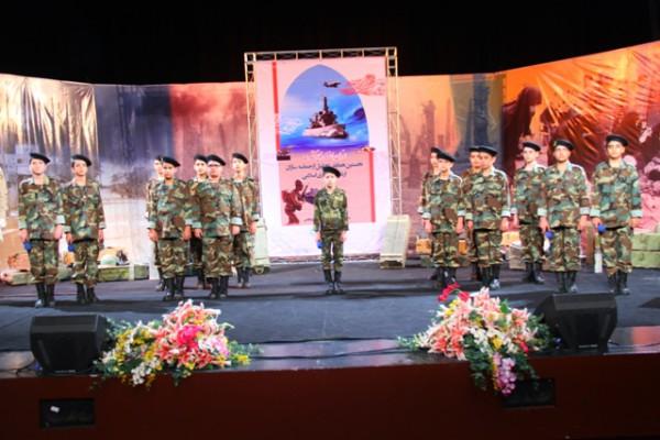 """Eine Show mit Kindersoldaten im Teheraner """"Helige-Verteidigung-Museum"""""""