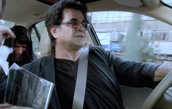 """Szenenfoto: Jafar Panahi in seinem Dokufiktion """"Taxi Teheran"""" - Gewinner des Goldnen Bären auf der 65. Berlinale"""