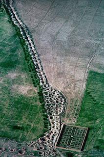 Qanat-Bewässunergssystem aus der Luft - Foto: Georg Gerster