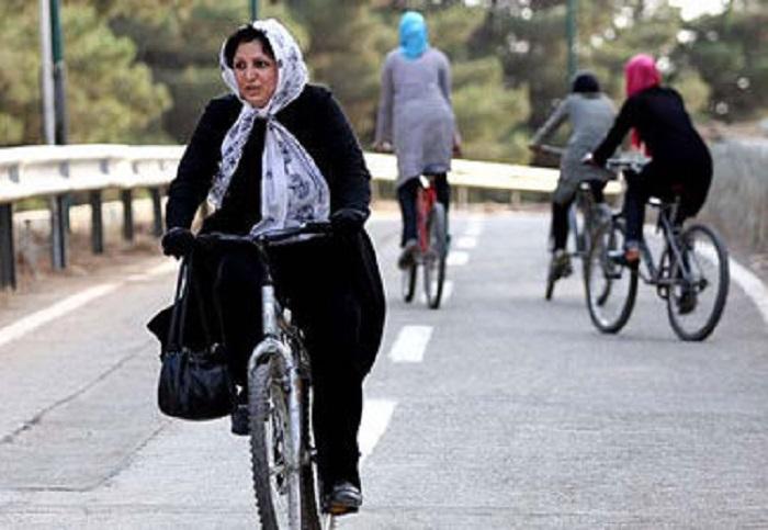 Ob Fahrradfahren oder spontane Aktionen für die Abnahme des Kopftuches: Iranische Frauen halten den gesellschaftlichen Widerstand gegen die staatliche Diskriminierung und für das Erlangen der persönlichen Freiheiten am Leben!