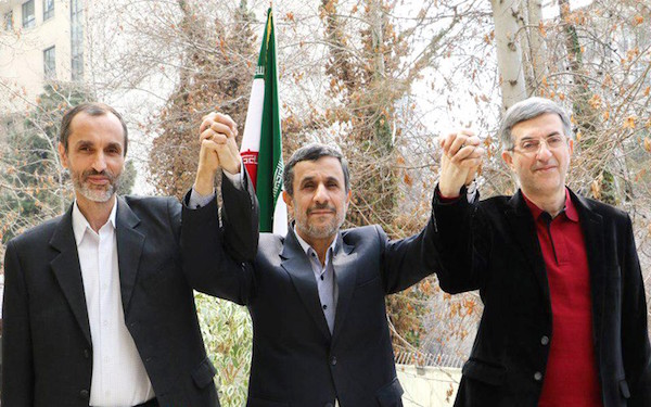 Esfandiar Rahim-Mashaie, Mahmud Ahmadinedschad und Hamid Baghaie (von re.)