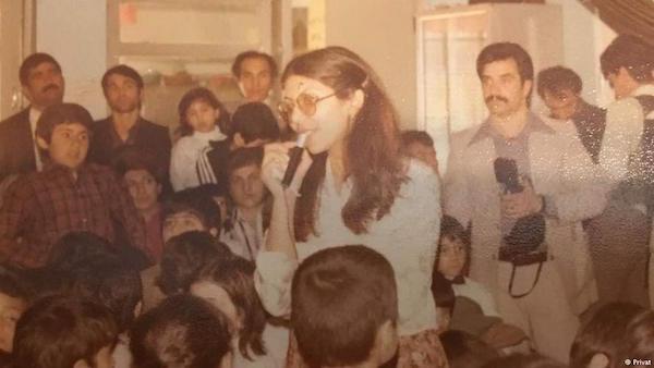 Mahvash Sabet unter ihren Schülerinnen und Schülern vor der Revolution von 1979