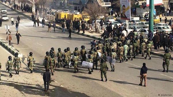 Der iranische Staat reagiert auf die Proteste mit Polizeigewalt