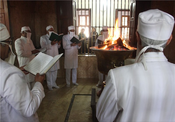 Zoroastrier bei einer religiösen Zeremonie