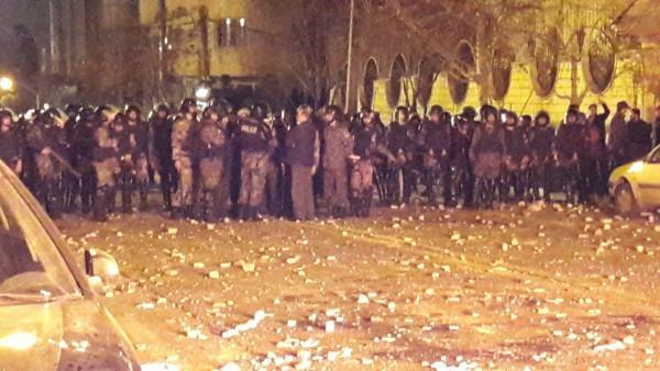 Auseinandersetzung zwischen der Polizei und den protestierenden Derwischen