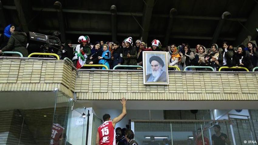 Teheraner Frauen wurde am Sonntag, den 25. Februar, erlaubt, beim Duell zwischen den irakischen und iranischen Basketball-Männermannschaften im Azadi-Stadion zuzuschauen. Der Zugang von Frauen in Sportstadien ist im Iran zwar offiziell nicht verboten, aber weil der einflussreiche Klerus dagegen ist, wurden sie bisher von den Männerspielen ausgeschlossen.