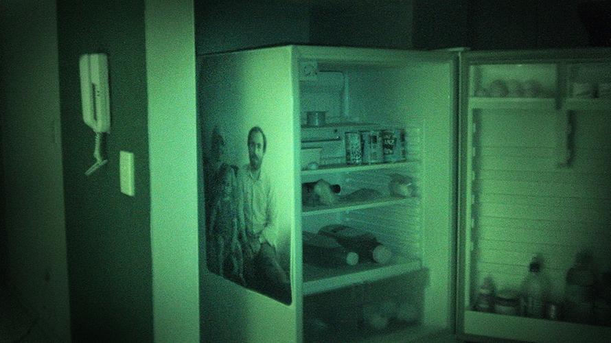 Diese Fotos plazierte er in seiner Wohnung, um sie dann, mitten in der Nacht bei absoluter Dunkelheit, mit einer Nachtsichtkamera erneut und in anderem Kontext, dem seiner eignen Gegenwart, aufzunehmen.