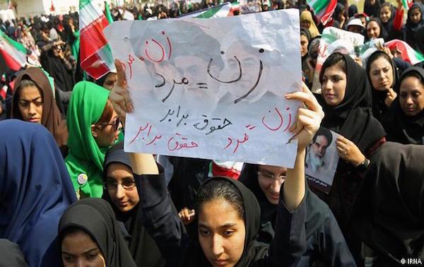 """Eine Frauen-Demonstration in Teheran (auf dem Plakat steht: """"Frau=Mann"""", """"Gleiche Rechte"""")"""