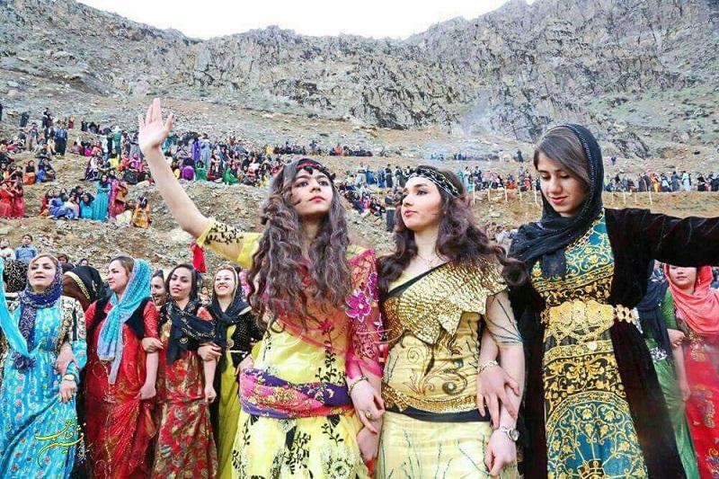 Das Dorf Tangisar im kurdischen Teil des Iran ist ein besonderer Ort: Dort feiern Menschen, die aus den nahgelegenen Dörfern und Städten hinfahren, das traditionelle Nourouzfest. Das Fest dauert 13 Tage und ist mit vielen Zeremonien verbunden – u. a. dem Tanz-Happening, bei dem Hunderte Menschen in mehreren Kreisen tanzen. Für manche Kurden gibt es eine andere Zeitrechnung als für den Rest der IranerInnen. Während die Mehrheit der IranerInnen seit dem 20. März den Beginn des Jahres 1379 feiert, gilt für sie das Jahr 2718 - die Zeit der Gründung der 1. Meder-Konföderation.