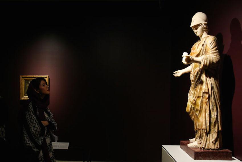 """Die Louvre-Ausstellung im Nationalmuseum der iranischen Hauptstadt hat offiziellen Angaben zufolge innerhalb von fünf Wochen mehr als 110.000 Menschen angezogen. Die Leitung des Museums zeigte sich erfreut über die """"hohe Zahl"""". Man habe bis Ende der Ausstellung Anfang Juni mit höchstens 100.000 BesucherInnen gerechnet. Seit dem 6. März werden mehr als 50 Artefakte aus dem Pariser Museum, darunter griechische, römische und iranische Kunst, in Teheran gezeigt. Die iranischen Kunstwerke stammen aus der Zeit der Kadscharen-Dynastie (1779–1925). Die Zusammenarbeit geht auf eine Initiative von Staatspräsident Hassan Rouhani zurück. Im Gegenzug sollen Kunstwerke aus dem Iran in Frankreich ausgestellt werden. Im Juni findet in Louvre-Lens die erste Iran-Ausstellung unter dem Titel """"The Rose Empire"""" statt - Foto: eghtesadnews.com"""