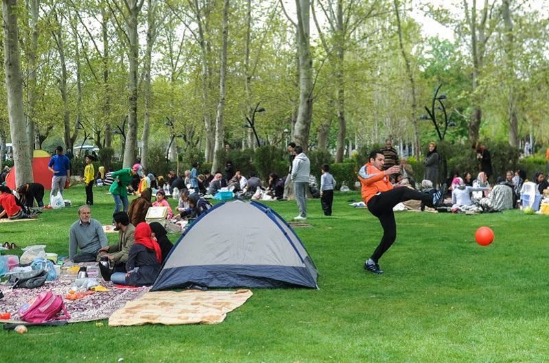 """Millionen IranerInnen haben den 2. April in der Natur verbracht. Traditionell wird im Iran das neue Sonnenjahr - begonnen am 20. März - mit dem 13-tägigen Nouruz-fest gefeiert. Am letzten Tag, dem """"Sizdah Bedar"""", picknicken die Familien in der Natur, um den Frühling willkommen zu heißen. Nach dem Volksglauben gilt die Zahl 13 als mit Unglück und Unheil verbunden. Da öffentliches Feiern und tanzen im Iran verboten sind, begnügen sich viele mit Ball-Spielen."""