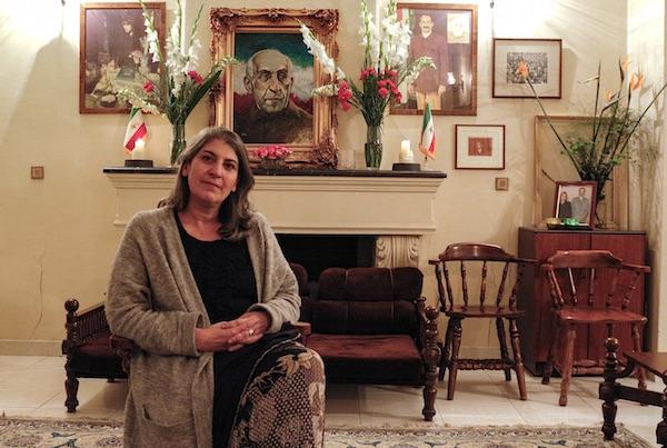 Parastou Forouhar in dem historisch bedeutenden Haus ihrer Eltern, Dariush und Parvaneh Forouhar in Teheran - die Bilder des ermordeten Politikerehepaars stehen im Hintergrund recht und links von ihrem politischen Ziehvater Mohammad Mossadegh