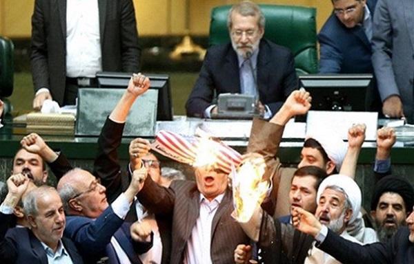 Nach dem Ausstieg der USA aus dem Atomdeal verbrennen iranische Parlamentsabgeordnete die amerikanische Flagge