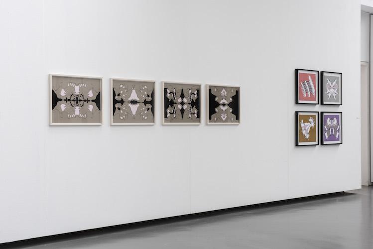 Parastou Forouhar findet in ihren Werken zu prägnanten Bildern, die sich zwischen Schönheit und Grausamkeit bewegen. Ihre Arbeiten ziehen durch ihre Ästhetik an, faszinieren in ihrer Formensprache und offenbaren erst auf den zweiten Blick eine erschreckende Dimension. So zeigen ihre digitalen Zeichnungen zunächst Ornamente von eindrücklicher Schönheit, deren Muster und Farben verführen. Erst in der näheren Betrachtung werden die scheinbar abstrakten Formen zu menschlichen Gestalten, zu miteinander verketteten Figuren und zu Tätern und Opfern. Darstellung und Erzähltes stehen sich diametral gegenüber. Diese Diskrepanz ist ein wiederkehrender Aspekt in den Arbeiten der Künstlerin.
