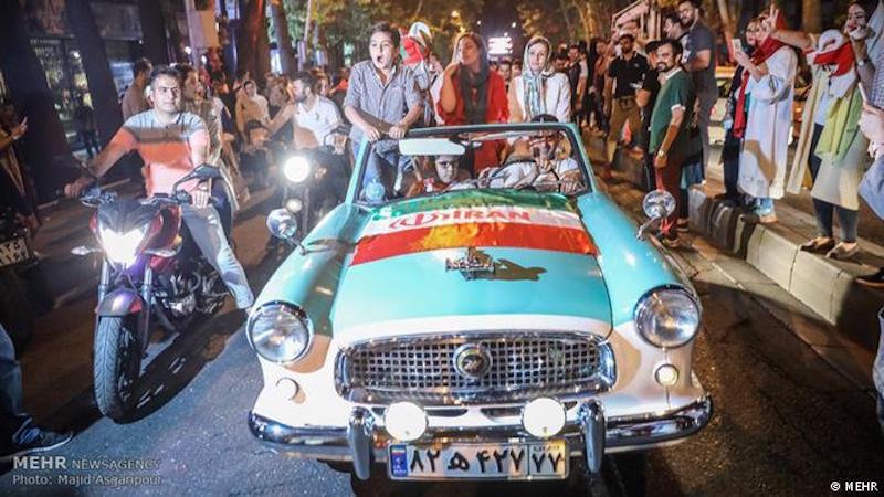 Bis in die frühen Morgenstunden haben IranerInnen im ganzen Land den Last-Minute-Sieg gegen Marokko gefeiert. Autokolonnen gepaart mit lauter Musik und tanzenden Menschen prägten das Straßenbild der Großstädten. Sogar im Teheraner Evin-Gefängnis soll Jubel ausgebrochen und gefeiert worden sein. Das iranische Team hat ihr erstes WM-Spiel gegen Marokko am 15. Juni durch ein Eigentor des Marokkaners Aziz Bouhaddouz gewonnen.