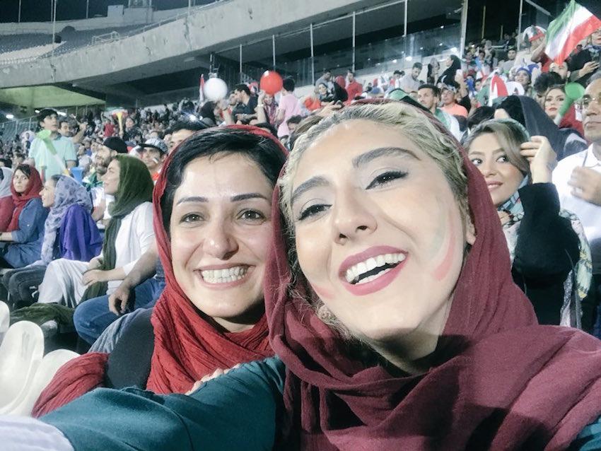 """Auch wenn der Iran das Spiel gegen Spanien am 20. Juni mit 0:1 verlor, waren viele TeheranerInnen an diesem Abend glücklich. Denn nach langen Protesten der Teheraner Stadtverwaltung gegen das Verbot von Public Viewing der WM-Spiele im Azadi-Stadion haben die Sicherheitskräfte ihren Widerstand aufgegeben und die Tore des Stadions """"für Familien"""" geöffnet. Bis drei Stunden vor dem Spielbeginn hatten die Sicherheitsbehörden die Übertragung des Spiels verhindert. Dabei hatte die Stadtverwaltung bis zu 30.000 Tickets verkauft. Viele reformorientierte Parlamentarier hatten auch das Verhalten der Sicherheitsbehörden scharf kritisiert. Das islamische Regime verbietet den Frauen, sich die Wettkämpfe der Männer in den Stadien anzuschauen."""