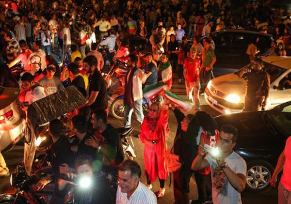 Solche Szenen möchte die iranische Regierung verhindern (TeheranerInnen feiern den Einzug der iranischen Nationalmannschaft in die WM 2018)
