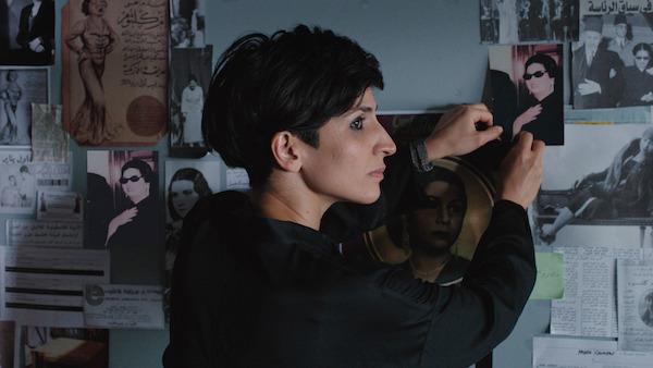 Szenenfoto: Die deutsch-iranische Schauspielerin Neda Rahmanian spielt die iranische Regisseurin, die einen Film über Oum Kulthum drehen will - © RazorFilm