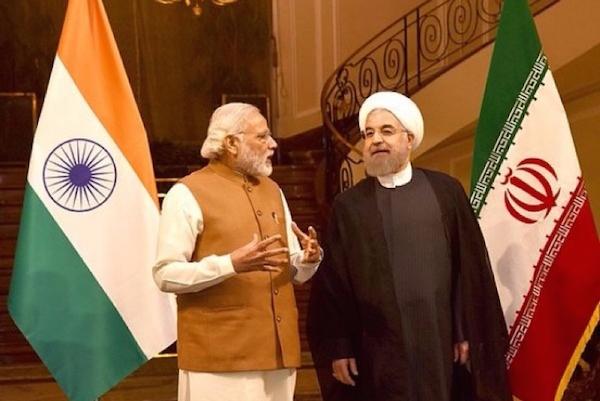 Indiens Regierung beschwört enge Zusammenarbeit mit dem Iran, bereitet sich gleichzeitig für mehr Einfuhren des US-amerikanischen Erdöls - Foto (www.irna.ir): Irans Präsident Hassan Rouhani und Indiens Premierminister Narendra Modi