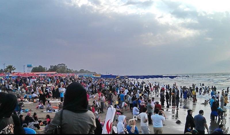 Tropische Hitze treibt die BewohnerInnen der iranischen Großstädte in die Bäder, Naturparks und an die Seen. Einen Riesenansturm erlebten am Donnerstag, den 26. Juli, die Strände des Kaspischen Meers im Norden des Iran (Foto). Am Freitag kletterten die Temperaturen in die Höhe und erreichten in der südwestlichen Provinz Khuzestan 50 Grad Celsius. In Teheran lag die Temperatur bei 40 Grad Celsius. Kreislaufprobleme bekamen während der vergangenen zwei Wochen vor allem ältere Menschen.