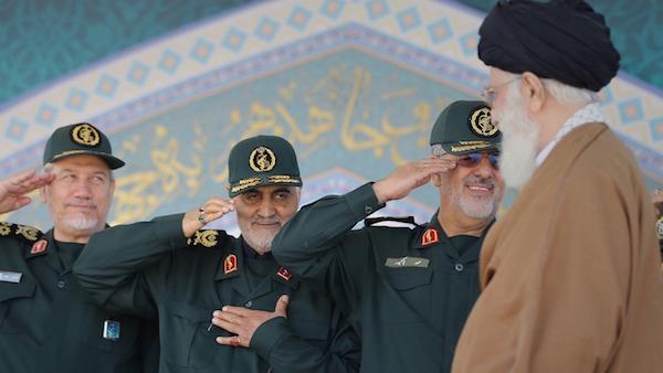 Staatsoberhaupt Ayatollah Ali Khamenei und seine treuen Kommandanten der Revolutionsgarde bestimmen den außenpolitischen Kurs des Iran (in der Mitte General Qasem Soleymani)