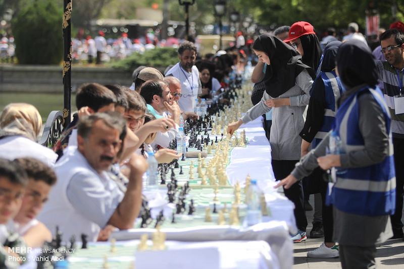 Die Stadt Täbris im Nordwesten des Iran war Gastgeberin des größten Simultanschachwettbewerb des Landes. Das sportliche Event fand am 2. Juli mit 2018 TeilnehmerInnen statt. Sie kämpften gegen zehn Schachgroßmeister aus dem Iran, der Republik Aserbaidschan, Georgien und Russland. Der prominenteste Spieler war der Ex-Weltmeister Anatoli Karpow. Auch der iranische Großmeister Ehsan Ghaem-Maghami war dabei. Der 36-Jährige spielt seit 2009 in der deutschen Schachbundesliga für Hamburger SK.