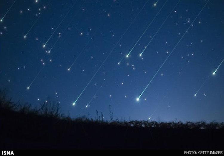 """In der Nacht von Sonntag auf Montag (13. August) war an vielen Orten des Iran der sogenannte Sternschnuppen-Regen zu beobachten. Das astronomische Spektakel """"Meteorstrom der Perseiden"""" war über der Provinz Hamadan im Nordosten des Landes am eindrucksvollsten. Nach Angaben von Experten waren dort an manchen Stellen bis zu 120 Sternschnuppen pro Stunde zu sehen."""