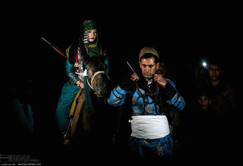Im Iran besinnen sich immer mehr Menschen in den Städten ihrer traditionellen Bräuche. Am besten zeigt sich dies bei Festen. Auf dem Foto sehen wir eine Hochzeit in der Stadt Khorramabad, der Hauptstadt der Provinz Lorestan. Das Brautpaar ist traditionell Gekleidet und nutzt als Transportmittel ein Pferd statt wie heute meist üblich eine Limousine. Das Gewehr der Braut ist echt, aber nicht geladen.