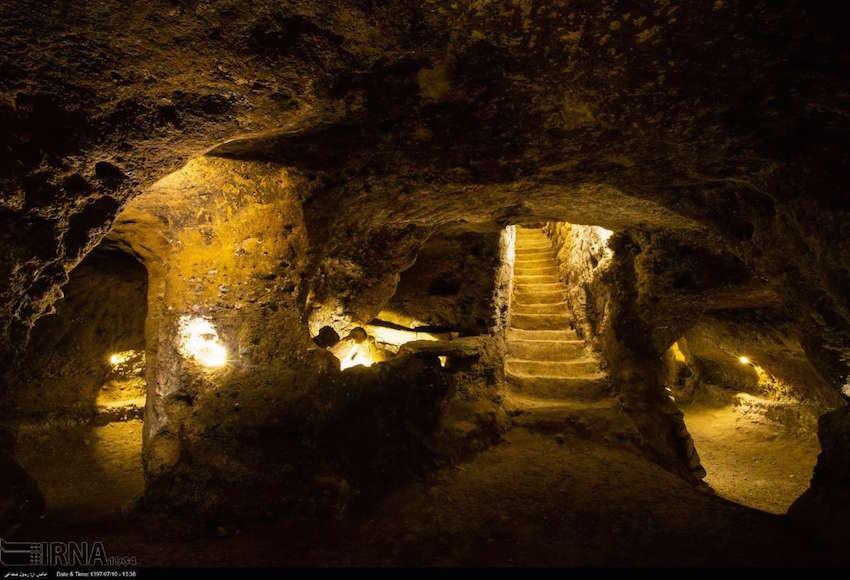 Die unterirdische Stadt Kord-Olia ist eine der Touristenattraktionen in der zentraliranischen Provinz Isfahan. Sie wurde 2016 entdeckt und erstreckt sich über eine Fläche von etwa 20 Quadratkilometern unter 80 Häusern des darüber liegenden Dorfes Tiran. Experten vermuten, dass die Kammern und Tunnel im 17. Jahrhundert von Armeniern gebaut wurden. Sie boten den Bewohnern von Tiran Schutz vor Kälte und Angreifern. Nun ist ein Teil der unterirdischen Stadt restauriert und für Touristen zugänglich gemacht worden. Die weiteren Restaurierungsarbeiten wurden aufgrund der finanziellen Probleme der iranischen Regierung vorerst auf Eis gelegt.