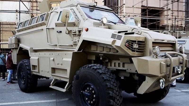 """""""Tufan"""" (Sturm) heißt das neueste Anti-Minen Panzerfahrzeug der Islamischen Republik. Es könne """"mit großer Mobilität Hindernisse überwinden und besitze die Fähigkeit, Wassergräben mit einer Tiefe von eineinhalb Metern zu überqueren, sowie vertikale Barrieren von 50 cm zu passieren"""" sagte Irans Verteidigungsminister, Brigadegeneral Amir Hatami, bei der Vorstellung des Fahrzeugs am 20. November. """"Tufan"""" könne sich mit 10 Insassen und einer Geschwindigkeit von 100 Stundenkilometern, selbst bei Reifenschäden, in einem Umkreis von 50 Kilometern bewegen, Minen und Sprengfallen mit einer Sprengkraft von mehreren Kilogramm TNT standhalten, und besitze ein Schutzniveau gegen verschiedene Stahlgeschosse, versicherte der General."""