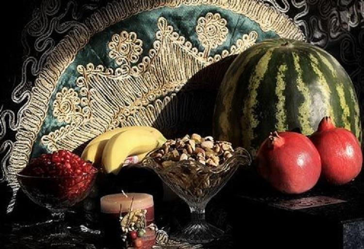 """Millionen IranerInnen im In- und Ausland haben in der Nacht zum Samstag (22. Dezember) das Yalda-Fest gefeiert. Yalda gehört zu den vier großen Festen des indo-iranischen Kulturkreises, die gemäß dem iranischen Sonnenkalender begangen werden. Die Yalda-Nacht, auch """"Tschel-leh-Nacht"""" genannt,wird anlässlich der Wintersonnenwende, also der längsten Nacht des Jahres, gefeiert. In der Yalda-Nacht besuchen die IrannerInnen die Ältesten der Familie und feiern mit ihnen bis zum Erscheinen des Lichtes. Traditionell werden zu diesem Anlass vor allem Melonen, Granatäpfel, Trauben und Nüsse verzehrt. Der Gedichtband """"Diwan"""" des bekannten iranischen Dichters Hafiz sorgt für Spannung, da seine Poesie Jung und Alt als Orakel dient."""